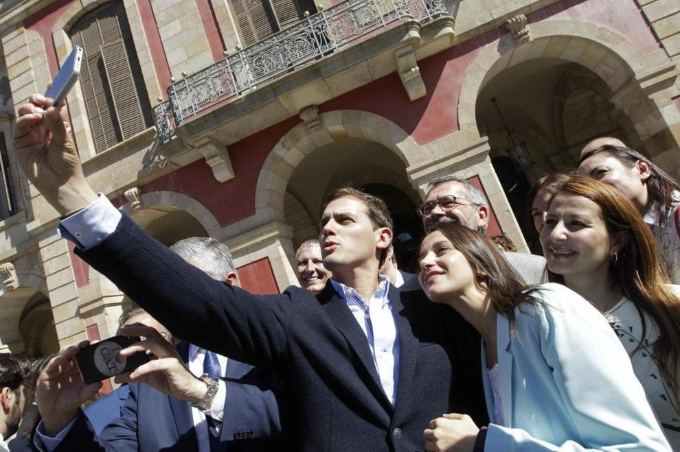 Albert Rivera, el martes en Barcelona, fotografiándose con Inés...