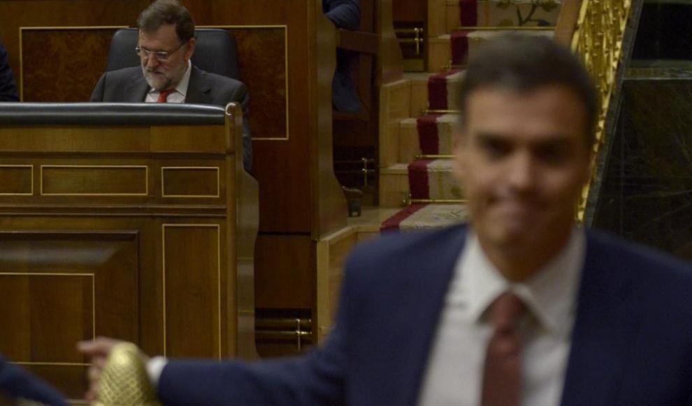 Mariano Rajoy y Pedro Sánchez, durante una sesión de control en el...