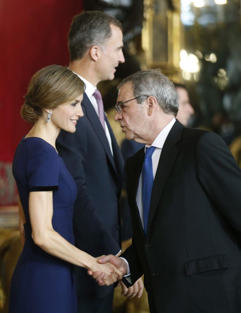 La Reina saluda al presidente de Telefónica, César Alierta.