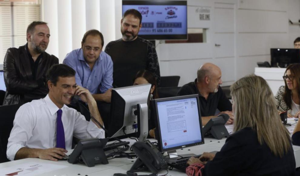 Pedro Sánchez inaugura un 'call center' en la sede de Ferraz para...