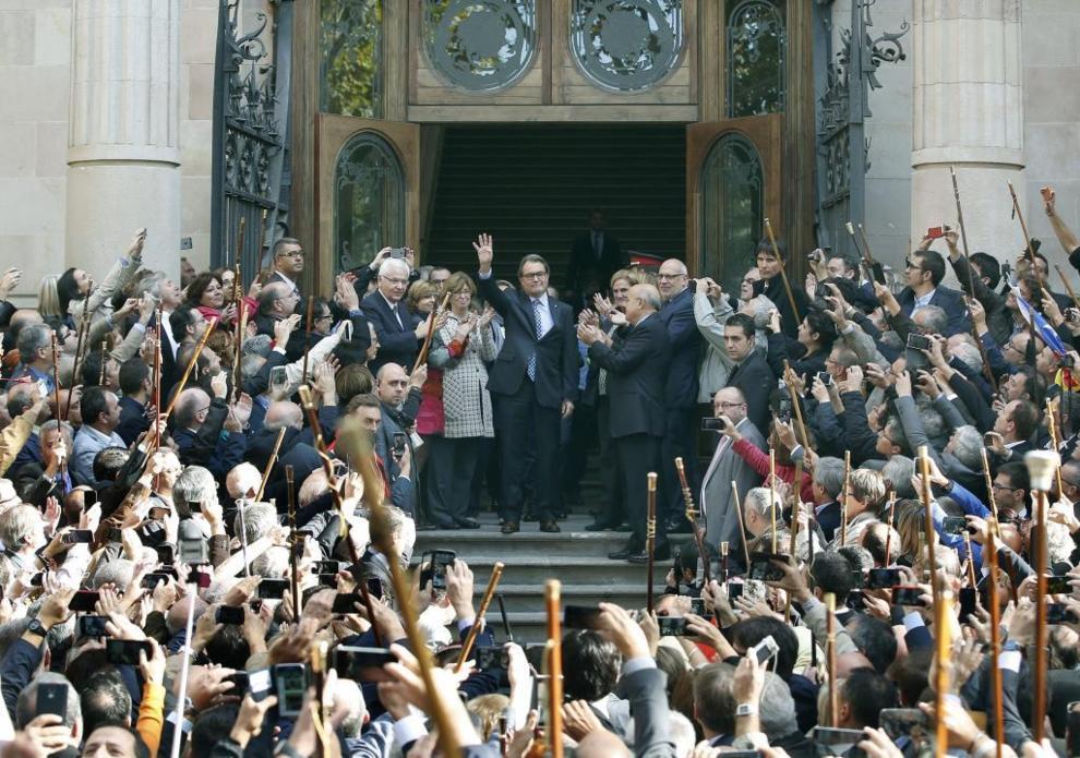 El 'president' de la Generalitat ante decenas de alcaldes que le...