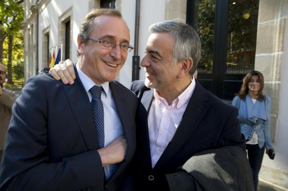 Alfonso Alonso junto a Javier de Andrés, ayer, en Vitoria.
