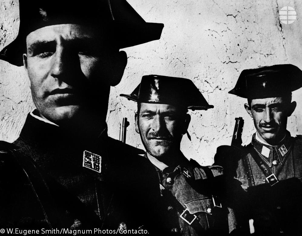 Guardia Civil. Estos hombres, encargados de hacer cumplir la legislación nacional, son la policía rural de Franco. Ellos controlan el campo, son temidos por la gente de los pueblos, quienes también cuentan con su propia policía local.