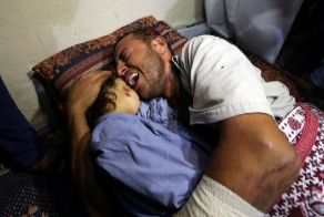 Un palestino llora por su hija muerta.