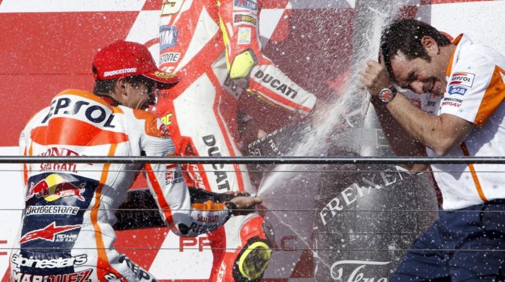 Márquez celebra en el podio la victoria