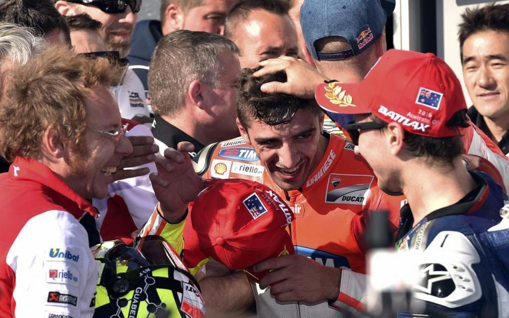 Saluda Jorge Lorenzo a Andrea Iannone, que le 'ayudó' a seguir con...