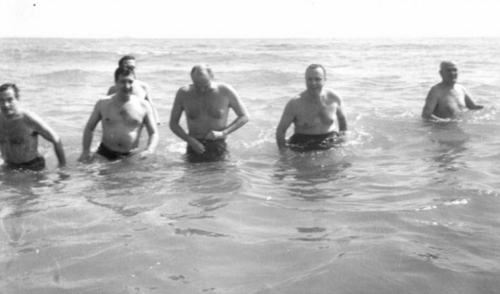Manuel Fraga, entonces ministro de Información y Turismo, se baña en...