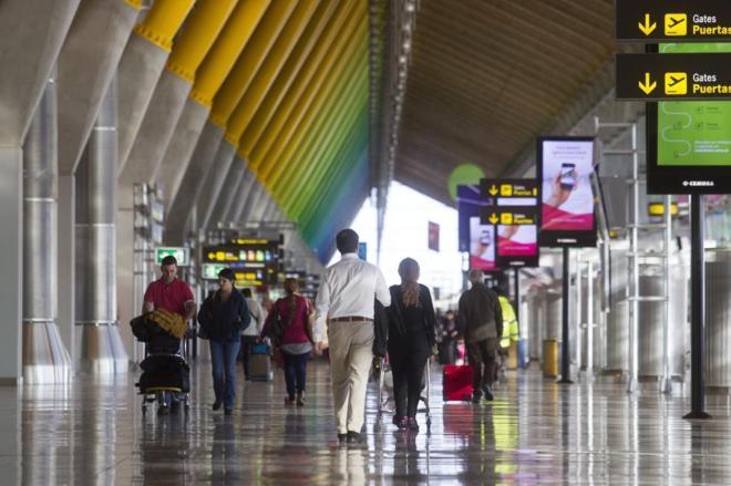 Pasajeros en una terminal de aeropuerto