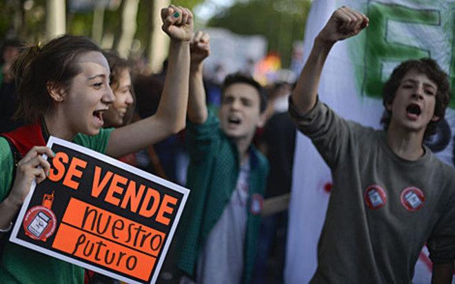 Varios jóvenes protestan contra la reforma educativa