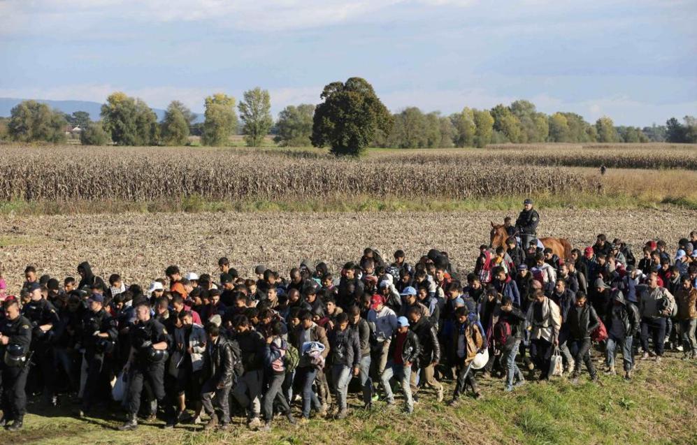 """En esta """"nueva ruta"""" de los Balcanes, los refugiados son escoltados..."""