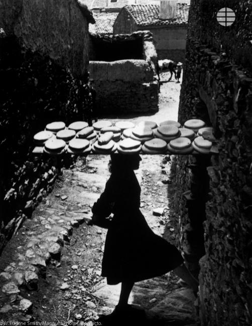El trabajo de la mujer joven.  Lutero Curiel, hermana mayor de Bernardina de 18 años, abre con el pie la puerta del horno de uso público. Con la harina del granero familiar se hornean una vez a la semana 24 panes para los  ocho miembros de la familia..