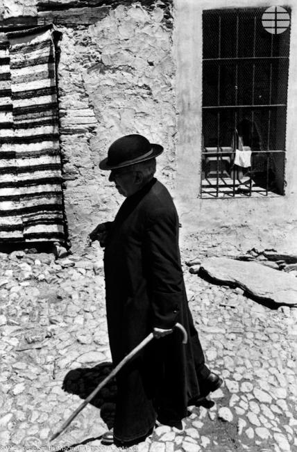 Señor cura. El cura del pueblo, Don Manuel, de 69 años, pasea por una de las calles del pueblo. Él nunca se había entrometido en organizaciones políticas -el pueblo se dividió durante la sangrienta guerra civil-, pero estuvo cerca del ministerio.