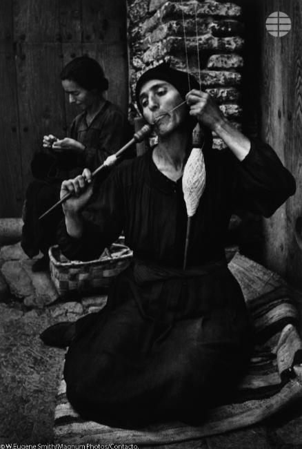 La Hilandera. Una campesina humedece las fibras del lino cultivado mientras las une en una larga hebra que es girada fuertemente por el huso , luego la envuelve.