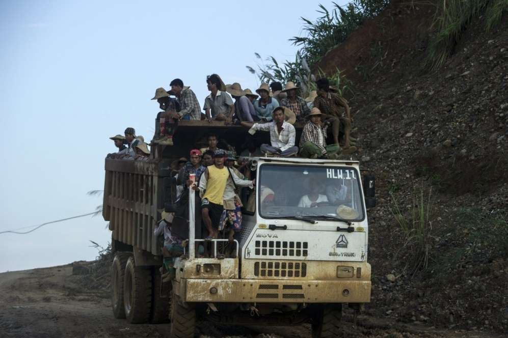 Decenas de irregulares son transportados en un camión hacia las minas...