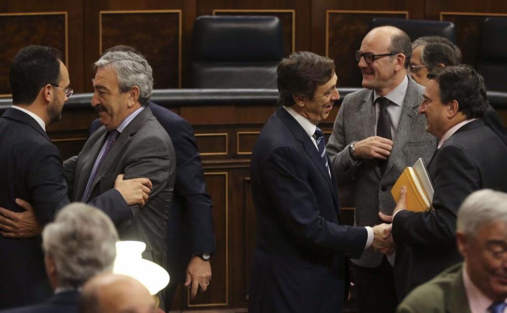 Varios diputados se despiden en el Congreso tras la última sesión de...