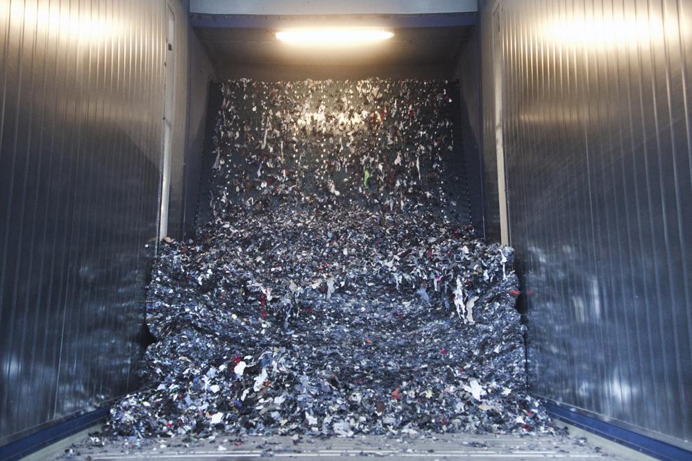 28ecfed27a67 Parte del proceso de reciclaje pasa por cortar las prendas en esta  triturada gigante. Foto  Matias Sauter.