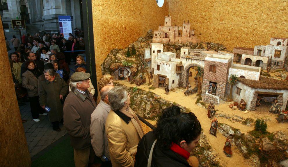 12fe6040c60 Cola de visitantes del tradicional belén instalado en el Palacio de Cibeles  en 2008. QUIQUE FIDALGO