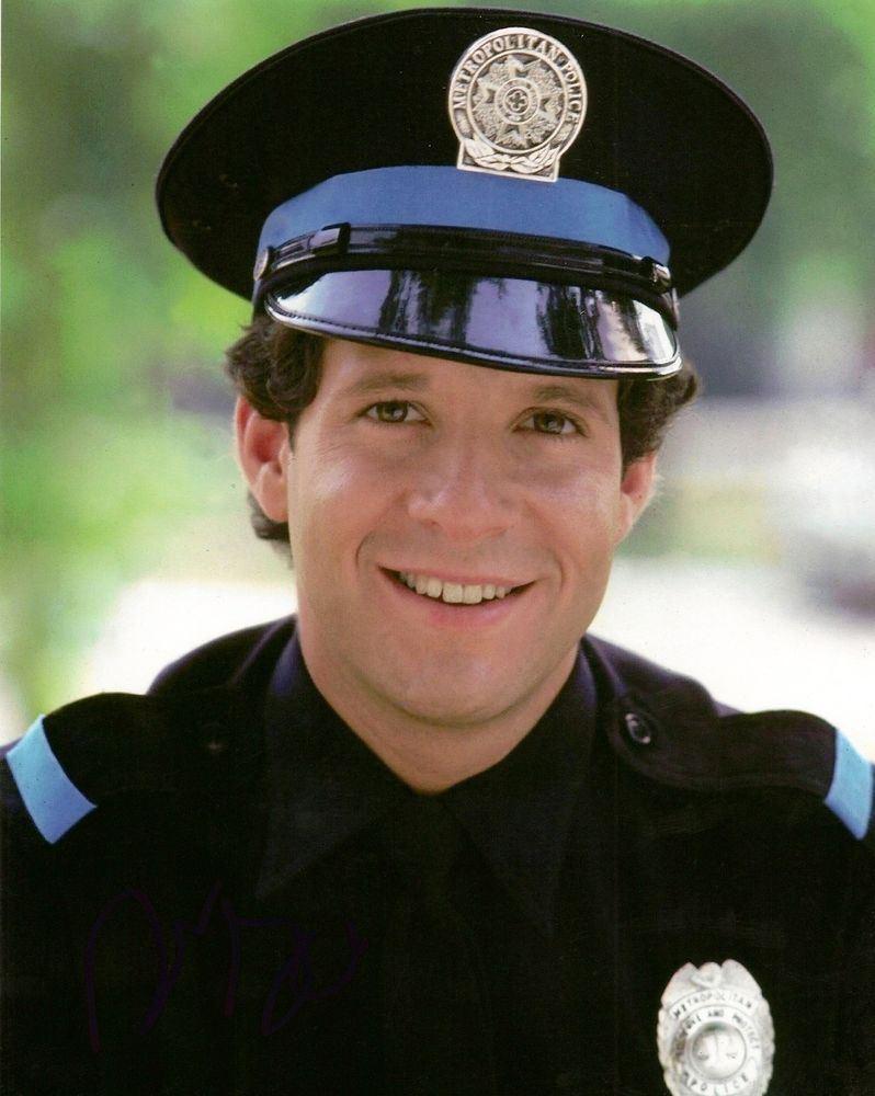 Carey Mahoney, Steve Guttenberg en 'Loca academia de policía' (1984)....