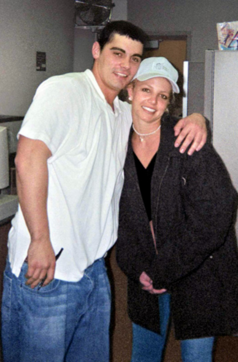 <strong>Britney Spears y Jason Alexander</strong>. Un día tonto lo...