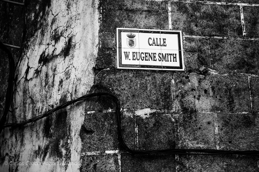 Eugene Smith es un personaje controvertido en el municipio, con todo es admirado y posee su propia calle y sala de exposiciones homónima en el ayuntamiento.
