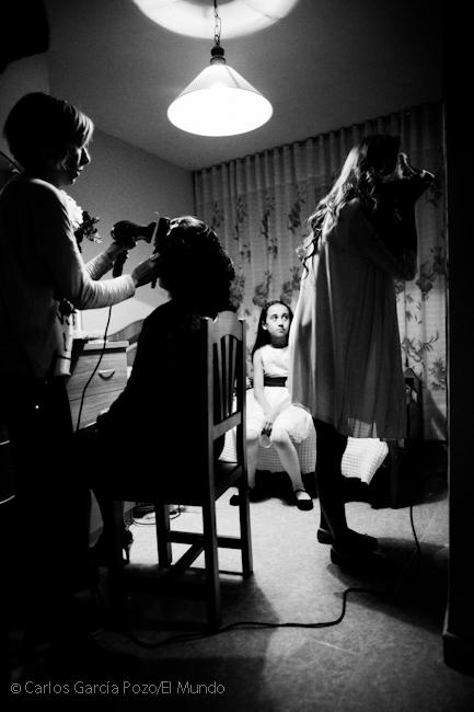 Preparativos de boda en el pueblo, parientes y damas de honor se dan lo últimos retoques en casa de la novia.