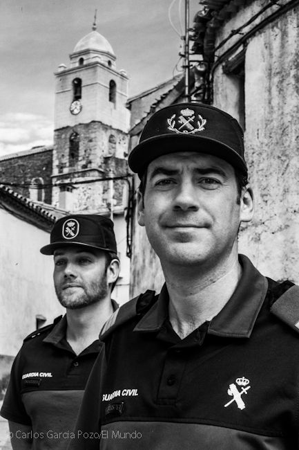 El sargento de la guardia civil Víctor y el cabo Javier posan frente a la iglesia de San Juan Evangelista.