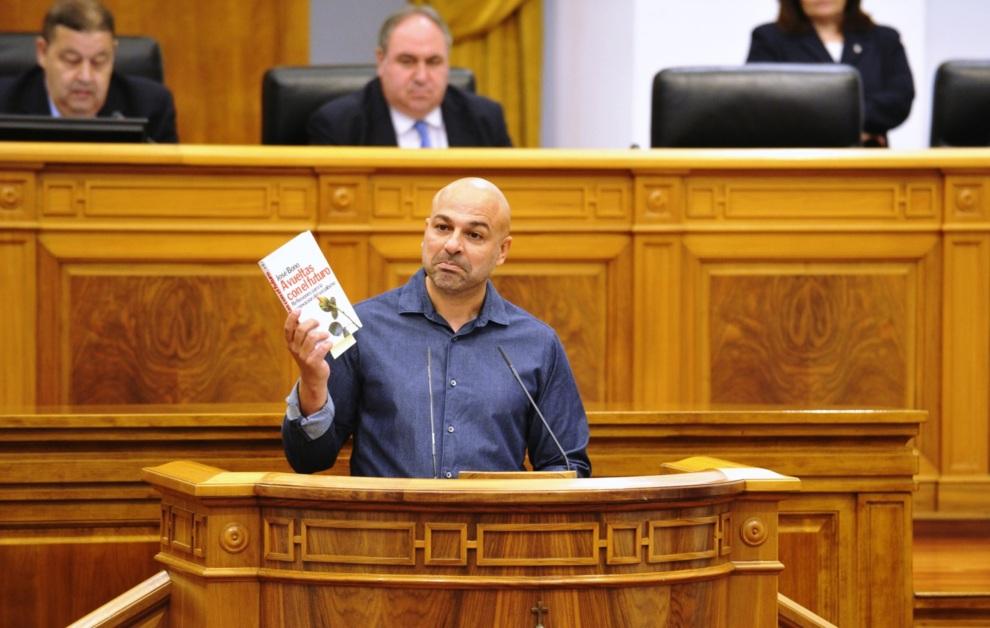 José García Molina, de Podemos, con un ejemplar de un libro de José...