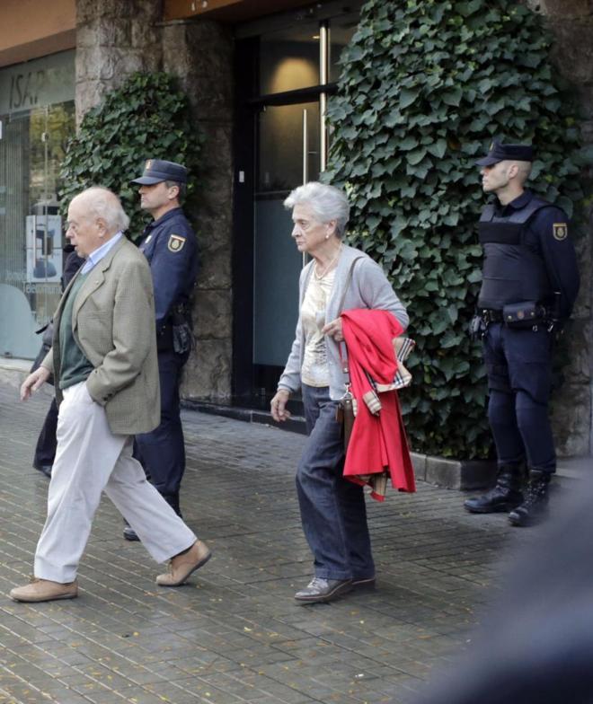 Jordi Pujol y Marta Ferrusola salen de su casa durante el registro...