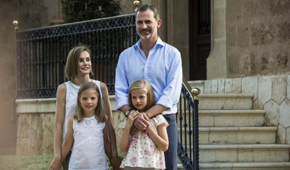 Felipe VI abraza a su hija Leonor durante sus vacaciones de verano en...