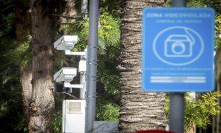 Dos cámaras con 'fotorrojos' en un  semáforo.