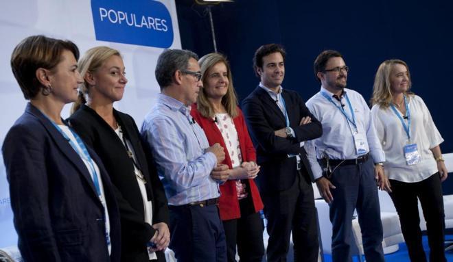 Pablo Zalba, a la izqda. de la ministra Fátima Báñez, durante un...