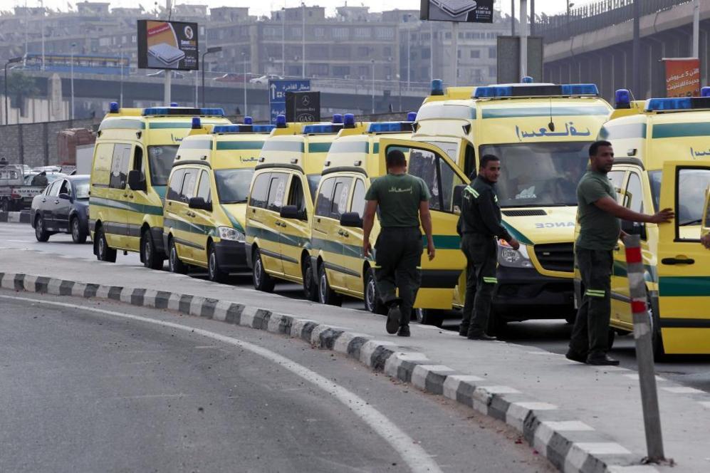 Ambulancias en el aeropuerto internacional de El Cairo.
