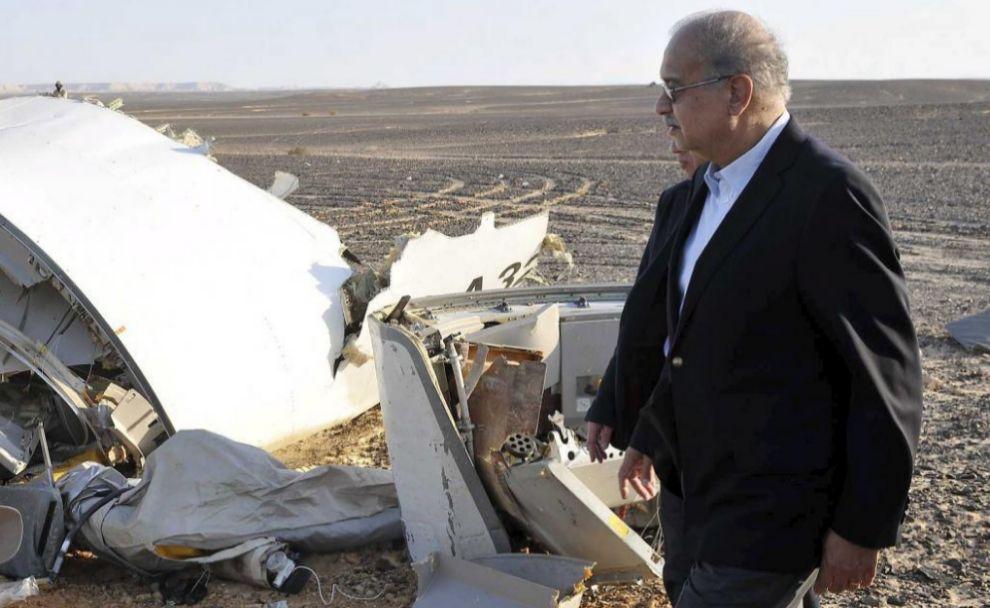 El primer ministro egipto, Sherif Ismail, junto a los restos del...