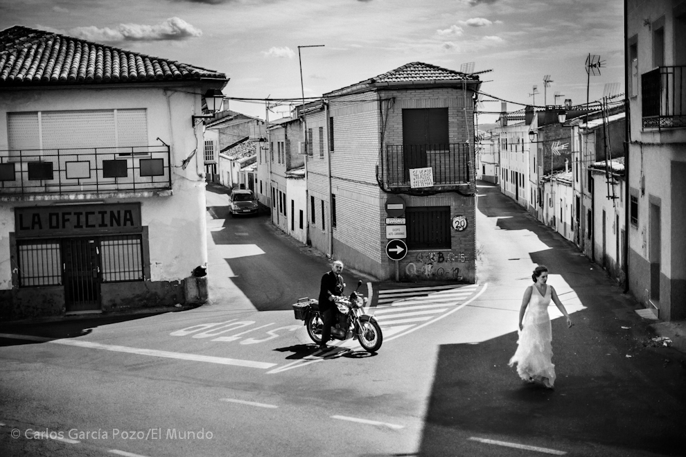 Los novios Sara y Pedro posan en el cruce de entrada al pueblo, en este mismo punto Eugene Smith hizo una de sus fotografías más célebres.