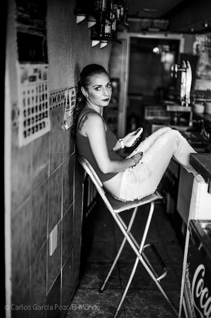 """Amparo es la camarera de uno de los bares de la plaza de Deleitosa, """"¿tienes Facebook para que pueda ver la foto?, preguntó al fotógrafo"""