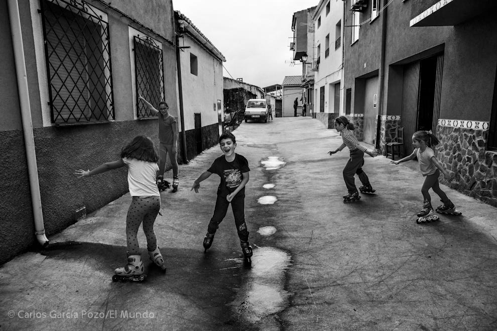 Los niños juegan en la calle, como llevan haciendo generaciones de vecinos del pueblo.