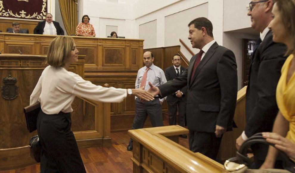 María Dolores de Cospedal saluda a Emiliano García-Page tras su...