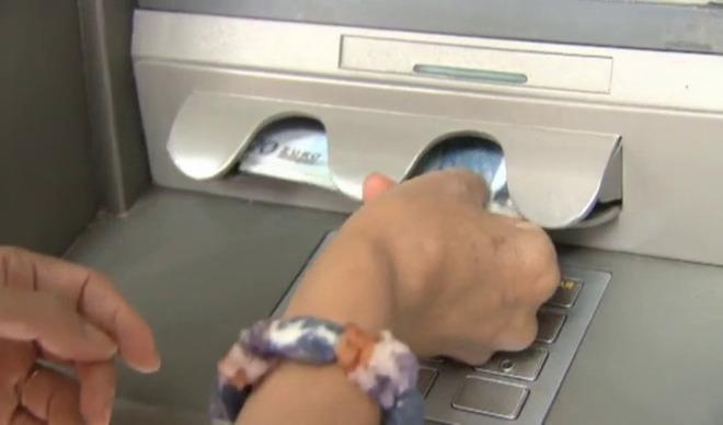Un usuario extrae su dinero de un cajero automático