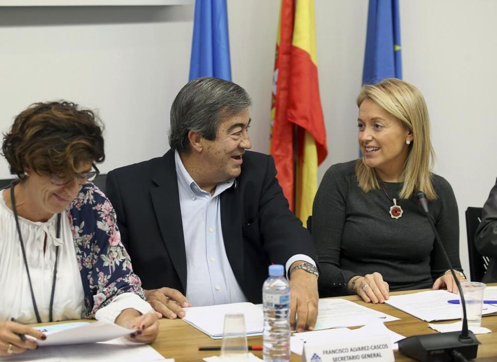 Francisco Álvarez-Cascos, con la presidenta de Foro, Cristina Coto.
