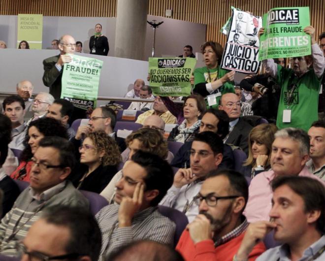 Afectados por la participaciones preferentes protestan en la junta de...