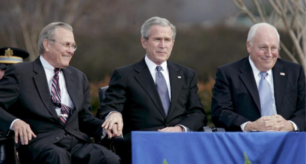 El entonces presidente George W. Bush, entre Donald Rumsfeld (izda.) y...