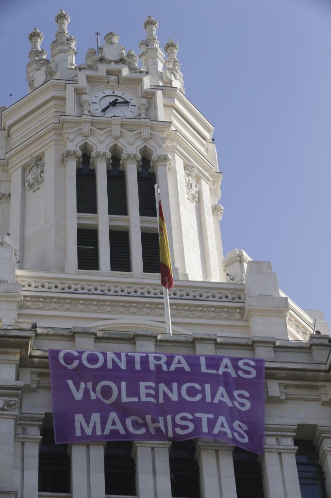 Una pancarta contra la violencia machista en la fachada del...