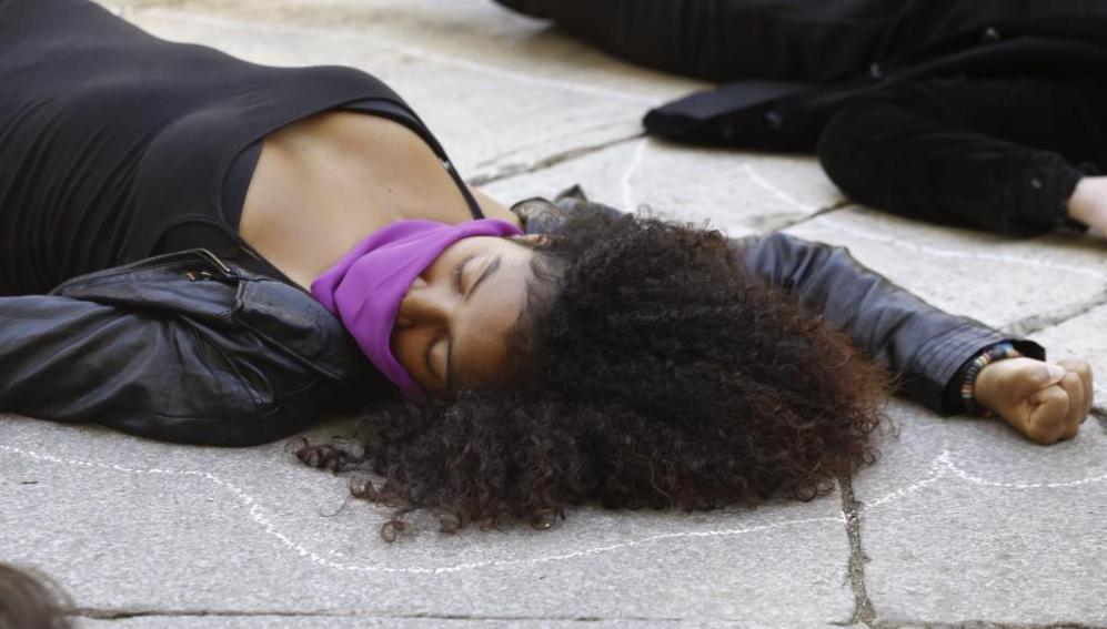 Una mujer tirada en el suelo con la boca amordazada reclamando...
