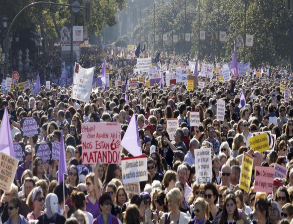 Las calles están abarrotadas de manifestantes con cientos de...