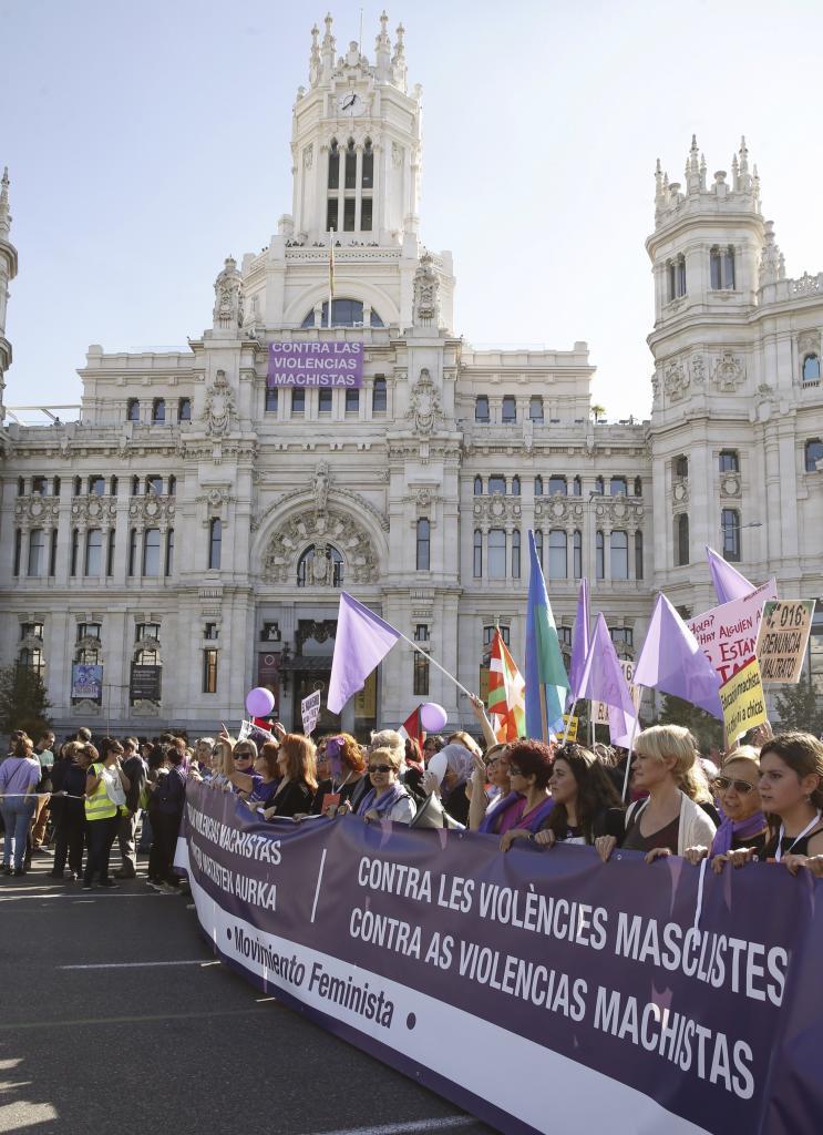 La manifestación a su paso por el Ayuntamiento de Madrid y la fuente...