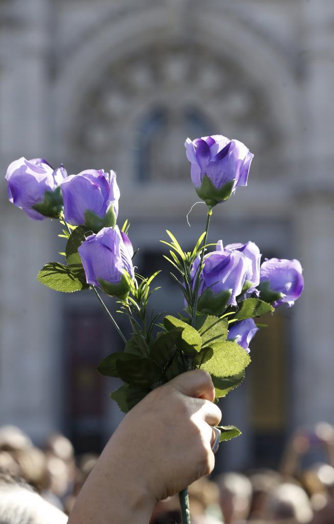 Flores moradas en la primera gran movilización nacional contra las...