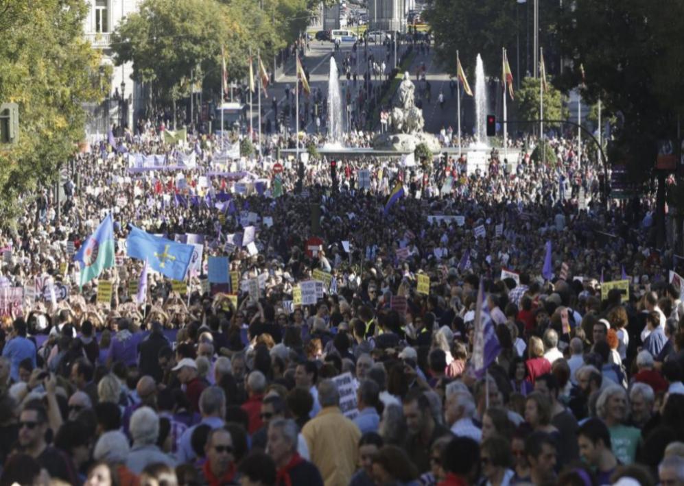 La manifestación avanza por Cibeles al fondo y se dirigen hacia Plaza...
