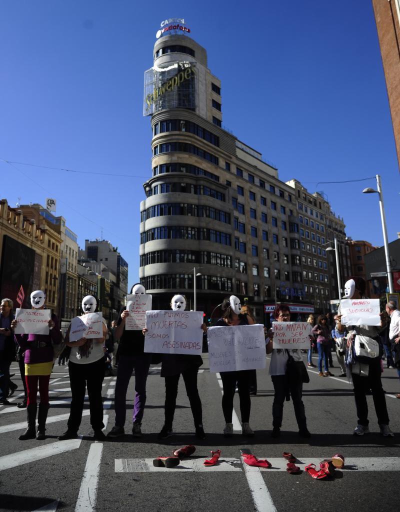 Los manifestantes muestran pancartas contra la violencia de género...