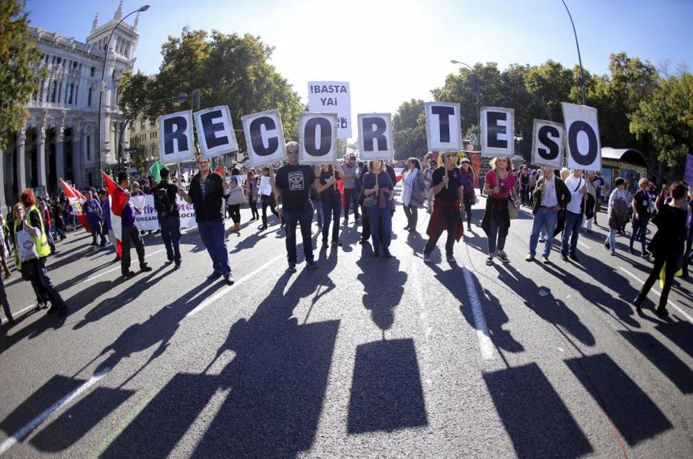 Los manifestantes piden que se dejen de recortar recursos para...