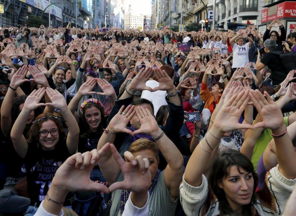Los asistentes muestran las manos como símbolo de apoyo.